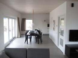 Recreatiewoning Vlieland: moderne Eetkamer door Kat Koree Architecten