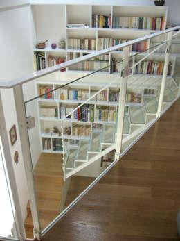 Vestíbulos, pasillos y escaleras de estilo  por soligo architetti associati