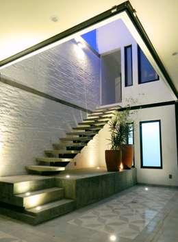 Pasillos, vestíbulos y escaleras de estilo industrial por Boquer 3