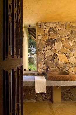 Baños de estilo rural por Mario Caetano e Eliane Pinheiro