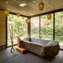 8 sensacionales ideas para incluir piedra en el ba o for Como arreglar la regadera del bano