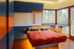 Cameretta : Camera da letto in stile in stile Moderno di officinaleonardo