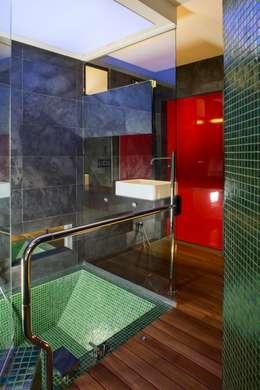 39-7 House: Bagno in stile in stile Moderno di officinaleonardo