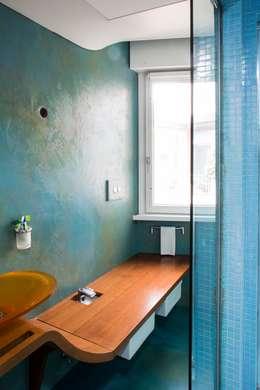 sanitari + panca plurifunzionale: Bagno in stile in stile Moderno di officinaleonardo