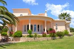Pintura Exterior: Habitações  por RenoBuild Algarve