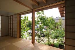 飾らない家/フレキシブルな空間: 加藤淳一級建築士事務所が手掛けた窓です。