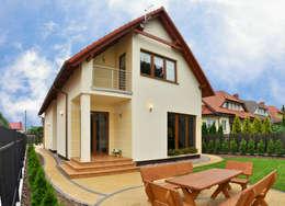 Casas de estilo clásico por Biuro Projektów MTM Styl - domywstylu.pl