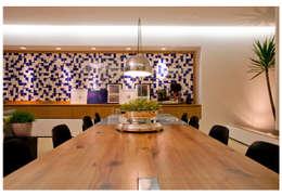 Comedores de estilo moderno por ANDRÉ BRANDÃO + MÁRCIA VARIZO arquitetura e interiores