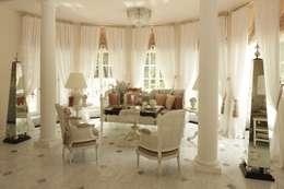 classic Living room by СТУДИЯ ЮЛИИ НЕСТЕРОВОЙ