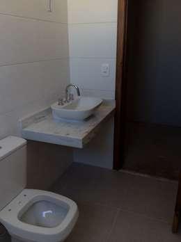 rustic Bathroom by Vanda Carobrezzi - Design de Interiores