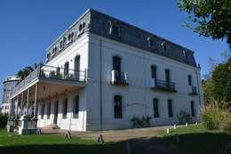 Villa Concepción: Casas de estilo ecléctico de Ya Home Staging
