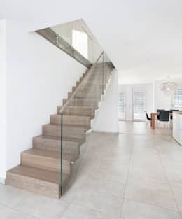 ST863 Schody dywanowe ze szklaną balustradą i pochwytem ze stali szlachetnej: styl , w kategorii Korytarz, przedpokój zaprojektowany przez Trąbczyński