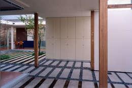 modern Garage/shed by スタジオ・ベルナ