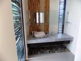 Baños de estilo ecléctico por bello diseño interior