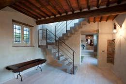 Pasillos y hall de entrada de estilo  por marco bonucci fotografo