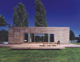 Transformación de cobertizo en vivienda: Casas de estilo minimalista de MARTIN MARTIN ARQUITECTOS