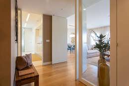 Projekty,  Korytarz, przedpokój zaprojektowane przez Traço Magenta - Design de Interiores
