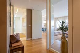 modern Corridor, hallway & stairs by Traço Magenta - Design de Interiores