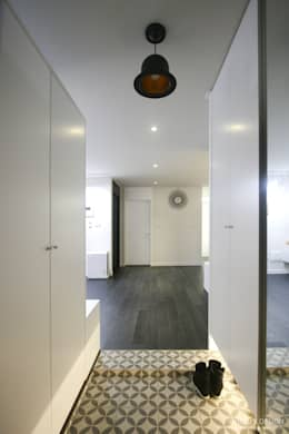 아내가 꿈꾸는 공간, 다이닝룸과 드레스룸이 예쁜 32py : 홍예디자인의  복도 & 현관