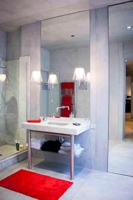 Salle de bain individuelle avec douche: Salle de bains de style  par réHome