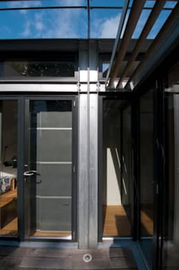 detail gevel werkkamer: moderne Huizen door JANICKI ARCHITECT