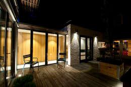 binnenplaats 'by night': moderne Huizen door JANICKI ARCHITECT