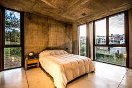 Casa La Rufina: Dormitorios de estilo moderno por Arq. Santiago Viale Lescano