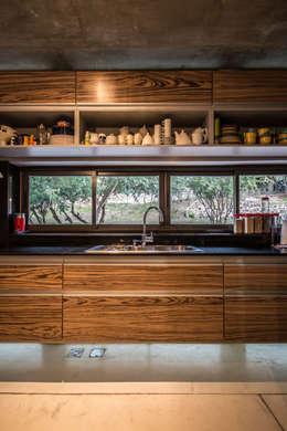 Casa La Rufina: Cocinas de estilo moderno por Arq. Santiago Viale Lescano
