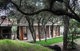 QUINCHO EN LOMAS: Casas de estilo moderno por Arq. Santiago Viale Lescano