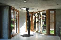 QUINCHO EN LOMAS: Jardines de estilo moderno por Arq. Santiago Viale Lescano