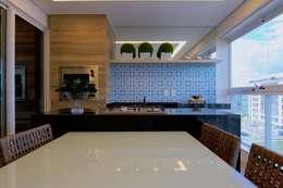 Varanda Gourmet - Madeira e azulejos: Terraços  por Palloma Meneghello Arquitetura e Interiores