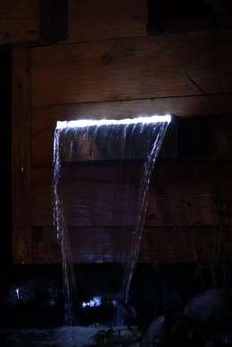 Fontaine du bassin avec éclairage intégré: Jardin de style de style Moderne par Taffin