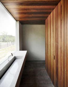 modern Bathroom by DAVID ITO ARQUITETURA