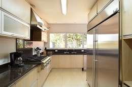 modern Kitchen by Moran e Anders Arquitetura