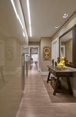 Pasillos y recibidores de estilo  por Isabela Canaan Arquitetos e Associados