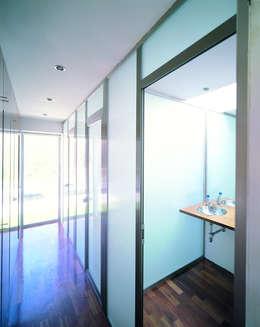 minimalistic Bathroom by MARTIN MARTIN ARQUITECTOS