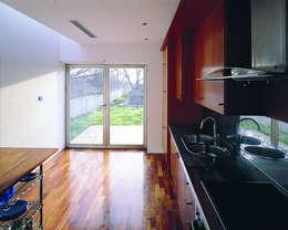 minimalistic Kitchen by MARTIN MARTIN ARQUITECTOS
