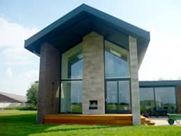 """door de """"opgetilde""""  beganegrond vloer heeft de overdekte veranda een prachtig uitzicht over de landerijen: moderne Huizen door De Witte - Van der Heijden Architecten"""