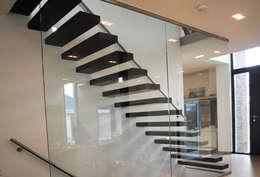 """het trappenhuis met de """"zwevende"""" traptreden:  Gang en hal door De Witte - Van der Heijden Architecten"""