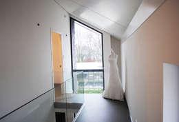 de overloop met uitzicht op het bedrijf:  Gang en hal door De Witte - Van der Heijden Architecten