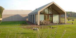 Villa Nieuw Kagelink: moderne Huizen door ten dAm Architecten