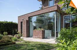 Projekty, nowoczesne Domy zaprojektowane przez Kraal architecten BNA