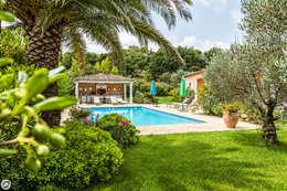 VILLA - GRIMAUD: Piscine de style de style Méditerranéen par PASSAGE CITRON