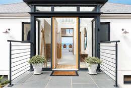 Projekty, nowoczesne Domy zaprojektowane przez Laurence Associates