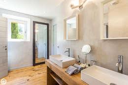 VILLA - GASSIN: Salle de bains de style  par PASSAGE CITRON