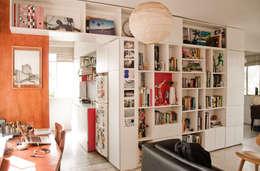 Biblioteca: Salas / recibidores de estilo moderno por PUNCH TAD