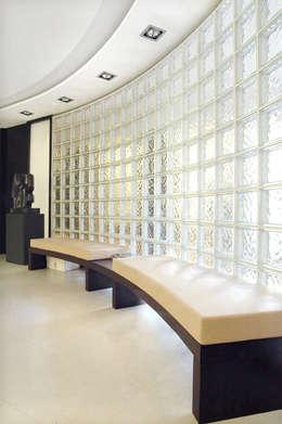 Estudios y oficinas de estilo moderno por crokis proyectos
