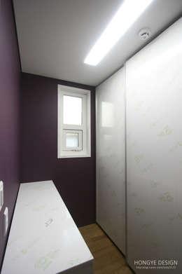 방안에 숨은책방, 작지만 효율적인 주택인테리어_26py: 홍예디자인의  드레스 룸