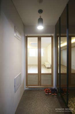 방안에 숨은책방, 작지만 효율적인 주택인테리어_26py: 홍예디자인의  복도 & 현관