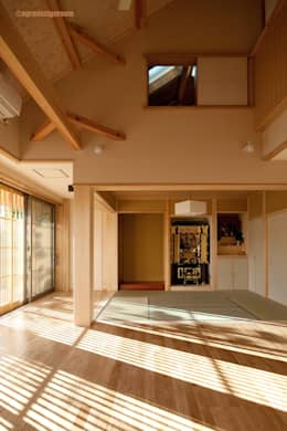 既成概念を少しだけ崩した空間  No es la arquitectura japonesa legítima correcta. El espacio que rompió sólo algunas ideas fijas.: アグラ設計室一級建築士事務所 agra design roomが手掛けたリビングルームです。